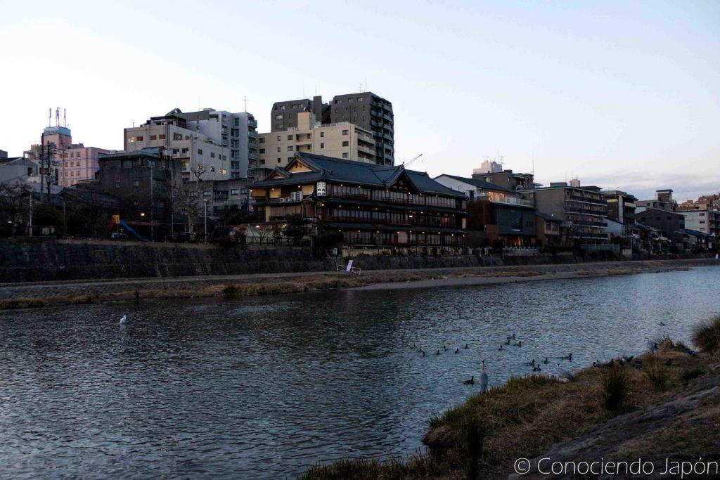 Qué ver en Kioto: Barrio de Pontocho desde el otro lado del río