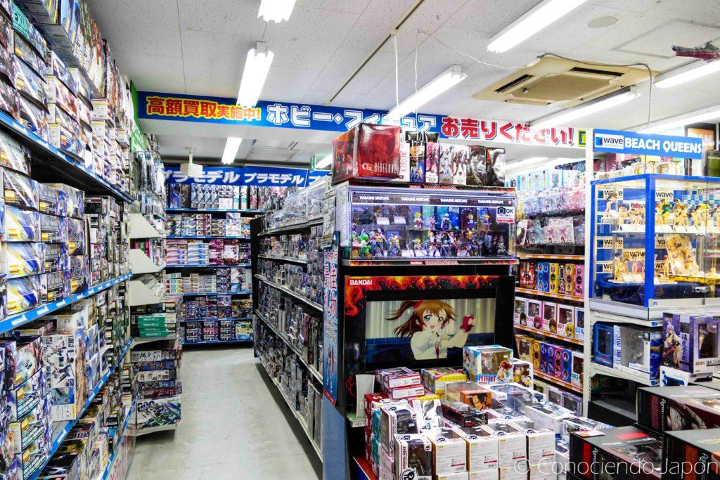 Juguetes y figuras en una tienda de anime en Akihabara