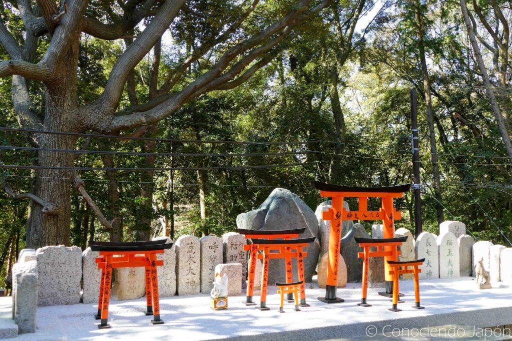 Varios toriis y kitsunes pequeños
