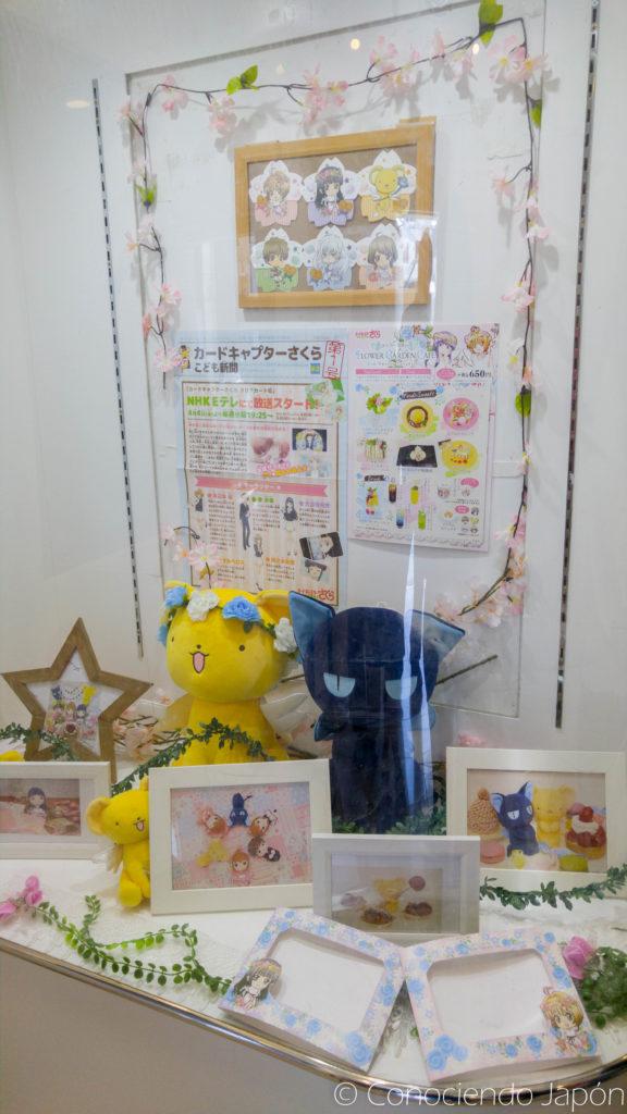 Exhibición de merchandising de CCS en la entrada del Sweets Paradise