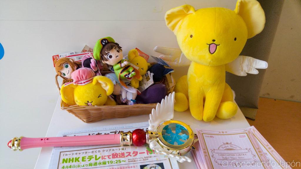 Merchandising accesible al público en el café de CCS de Harajuku